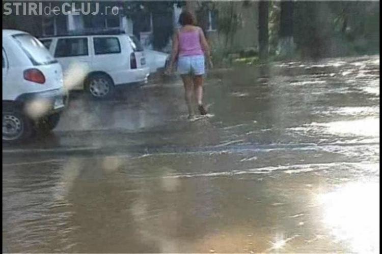 VIDEO: O conducta sparta pe strada Unirii, cartierul Gheorgheni, a transformat o parcarea intr-un lac - FOTO