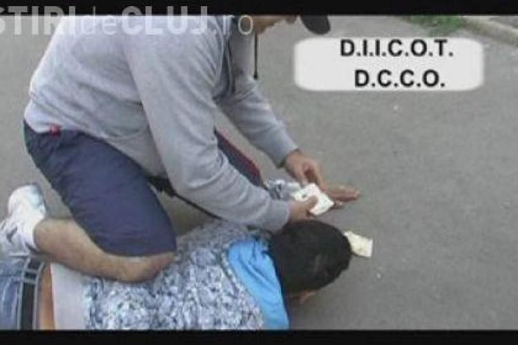 Trei minore fortate sa faca prostitutie au fost gasite de politisti in urma unor perchezitii la domiciliu a cinci persoane