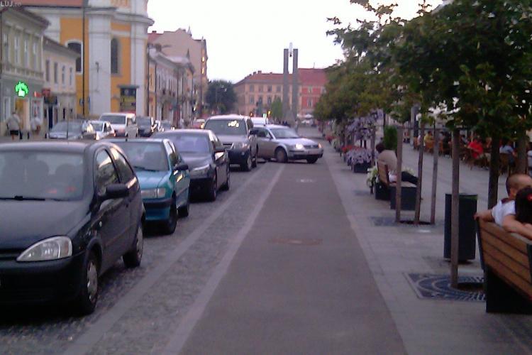 Biciclistii n-au loc in oras de soferi! O tanara a parcat luni seara pe pista de biciclisti de pe Bulevardul Eroilor si isi astepta ... prietenele! VIDEO