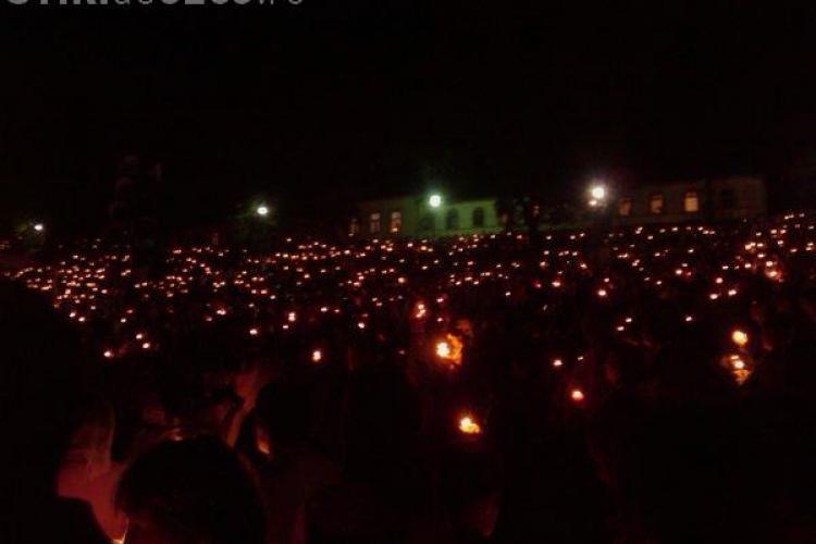 Manastirea Nicula este iluminata de zeci de mii de lumanari. Credinciosii dorm sub cerul liber - FOTO