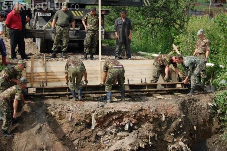 Pod construit de militari pentru familiile din Chinteni, izolate de inundatii - Galerie FOTO