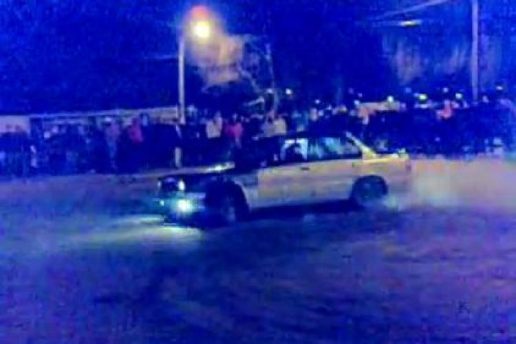Burnout, liniute si curse ilegale de masini la Cluj. Tinerii s-au strans la Sala Sporturilor pentru a vedea masinile la lucru - VIDEO