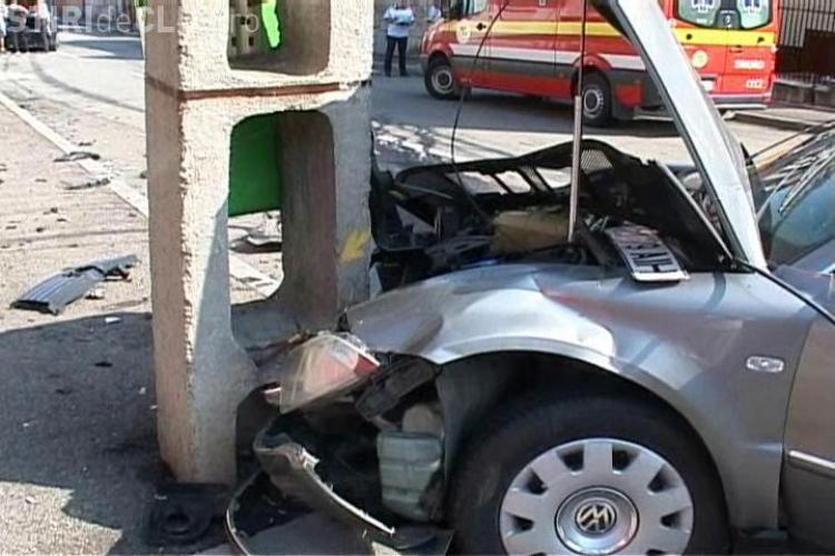 Grav accident de circulatie pe strada Carpati, din Cluj! Un cadru al armatei a fost ranit, dupa ce o soferita nu a cedat trecerea! VIDEO SI FOTO