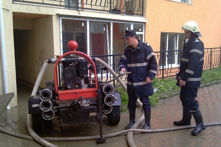 VIDEO: Apa ajunge deja si in apartamente de bloc! Doua blocuri de pe strada Alexandru Vaida Voievod din Cluj-Napoca au fost inundate - Galerie FOTO
