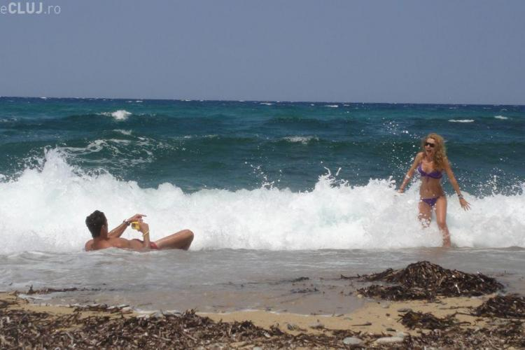 Mircea Badea si Carmen Bruma, in ipostaze romantice pe o plaja pustie! - Galerie FOTO