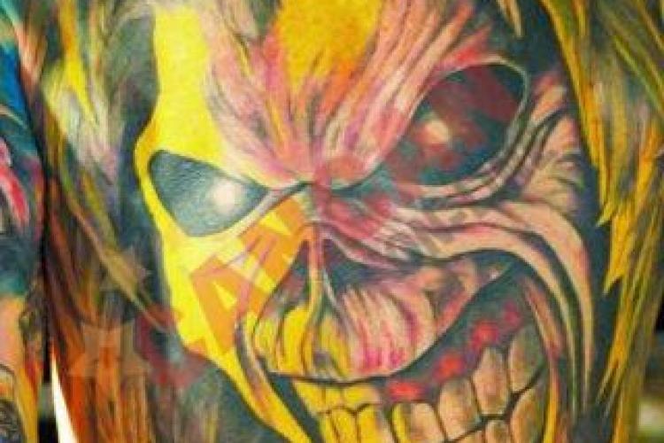 El este cel mai mare fan al Iron Maiden si este din Cluj! Tanarul si-a tatuat un tricou permanent cu rockerii britanici!