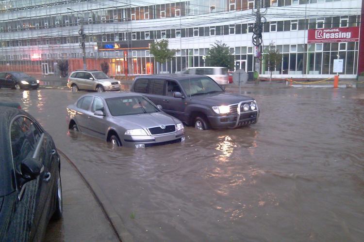 Inundatii in cartierul Zorilor! Strada Observator acoperita de apa la intersectia cu Meteor si Calea Turzii- VIDEO si FOTO