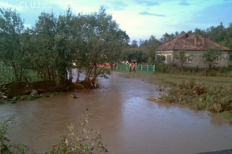 Inundatii in satul Pata, comuna Apahida! Apa a intrat in gospodarii, curentul electric si telefonia fixa au cazut