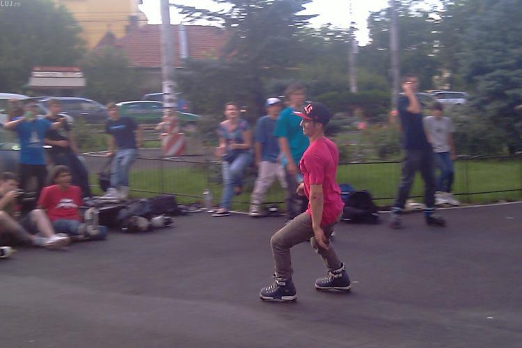 """Nebuni de legat! Rolleri adunati la Cluj de peste tot s-au """"lansat"""" de pe balustradele inalte de 8 metri din Piata Cipariu - VIDEO si FOTO"""