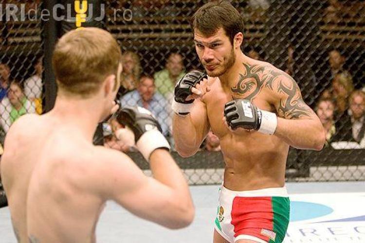 VIDEO - Luptarorul UFC, Roger Huerta, l-a facut KO pe un barbat care si-a lovit iubita