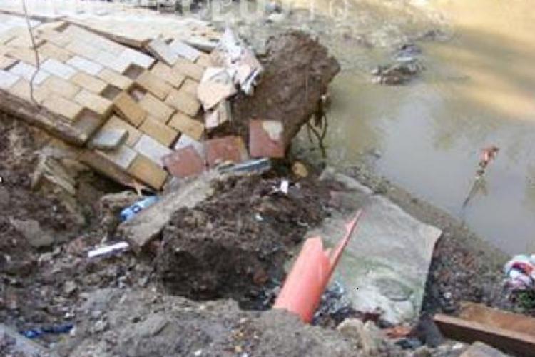 Terasa de pe strada Gladiolelor, de pe malul raului Nadas, nu s-a surpat din cauza inundatiilor. Constructia nu avea autorizatie - FOTO