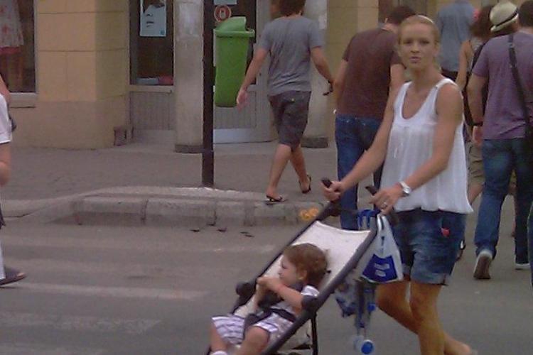 Diana Munteanu, magnet pentru privirile clujenilor, cand iese pe pietonala din centru orasului, la plimbare cu copilul - VIDEO si FOTO