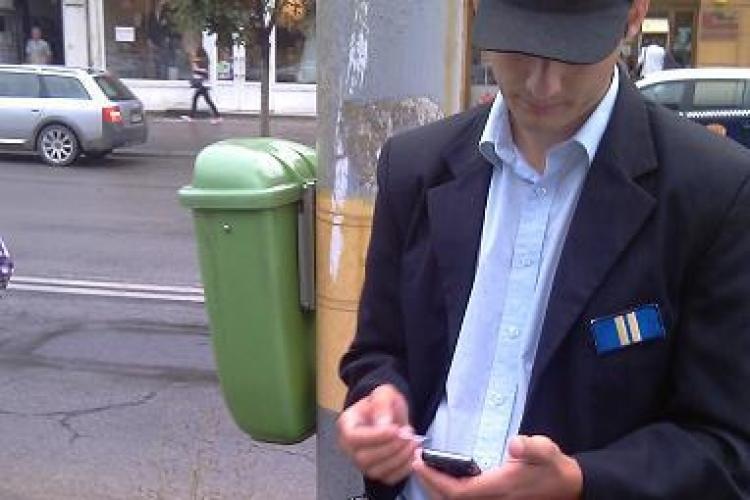 Tehnica ii tradeaza pe politistii comunitari! Noile imprimante mobile care emit chitante nu functioneaza pe ploaie - VIDEO