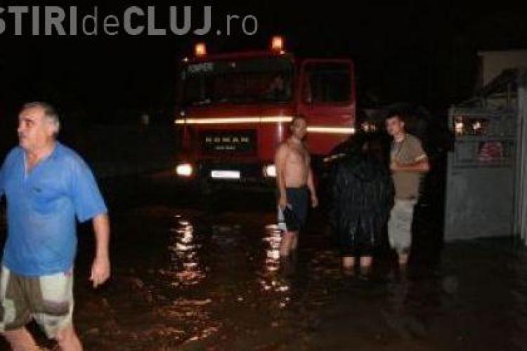 Inundatii pe strada Mos Ion Roata, din cartierul Someseni. Valea Muratorii s-a revarsat si a inundat casele oamenilor
