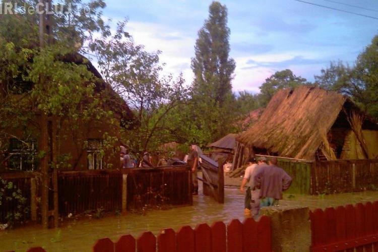 Inundatii in comuna Manastireni! Satul Bedeciu a fost luat pe sus de o viitura