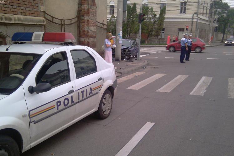 Accident la Casa Invatatorului din Cluj! O masina s-a infipt in cladire, iar soferul nevinovat este ranit! - VIDEO