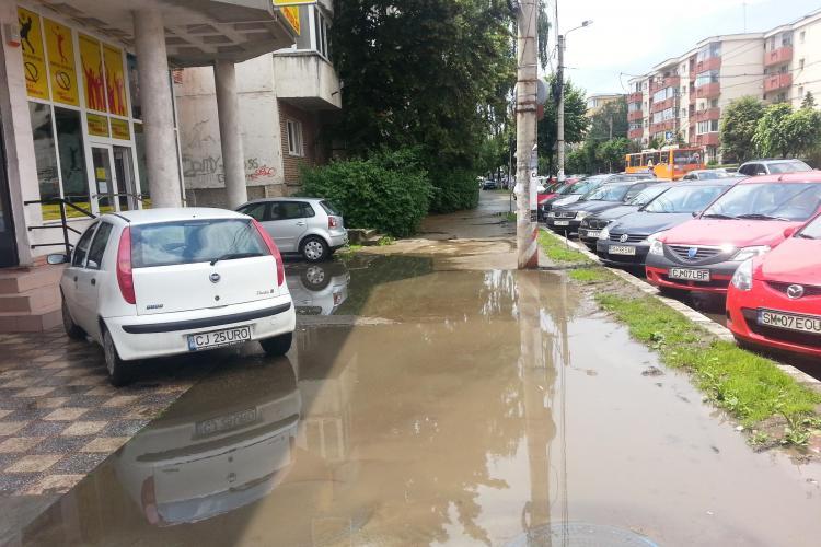 """""""Trotuarul lui Ceaușescu"""" de pe strada Nicolae Titulescu este inundat la fiecare ploaie - FOTO"""