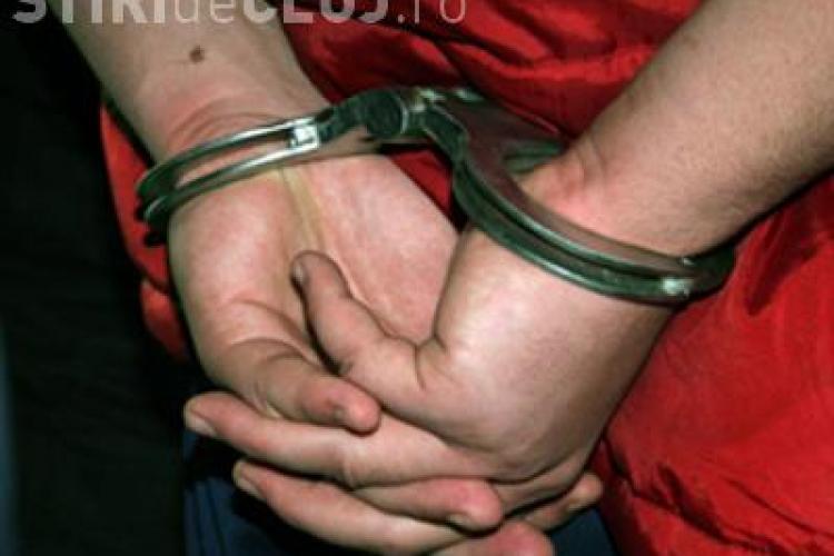 Prinși în flagrat în Turda, după ce au furat echipamentul de internet de la mai multe blocuri