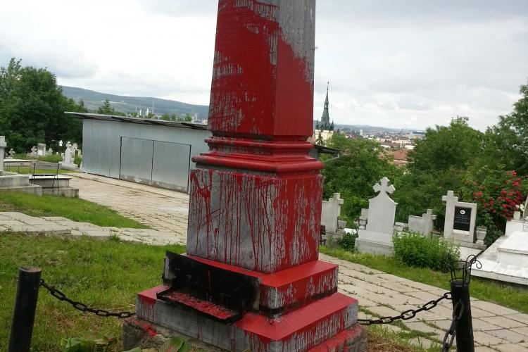 Monumentul unde maghiarii din Cluj comemorează Trianonul, profanat cu vopsea roşie - FOTO