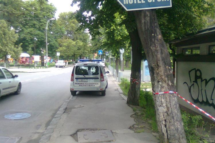 Polițiștii locali au blocat trotuarul pentru a merge la WC! Un clujean amendat s-a RĂZBUNAT - FOTO