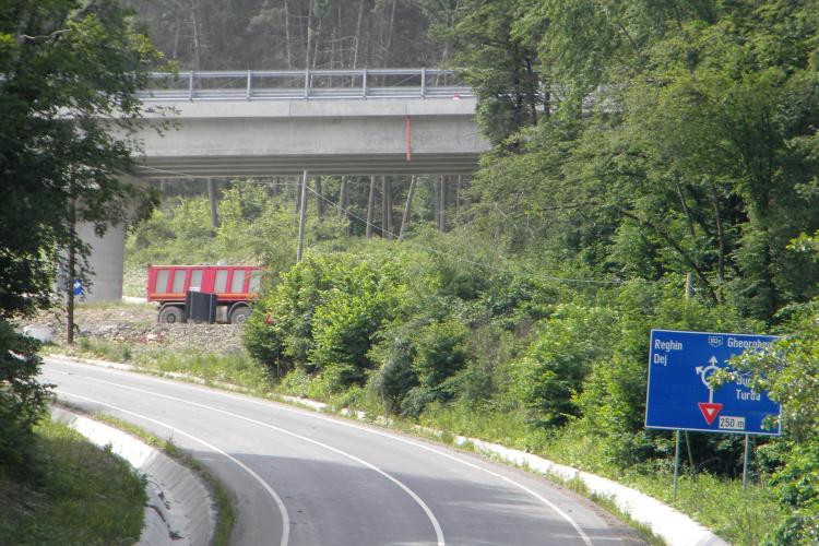 """Strada Borhanci s-a """"rupt"""" din cauza traficului greu, care merge la Centura Vâlcele-Apahida - FOTO"""