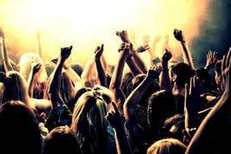 De ce unora le plac petrecerile, iar alții preferă să stea în casă? Vezi ce spun cercetătorii