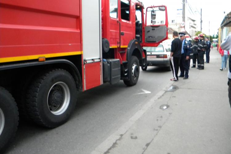 Alertă pe strada Moților. O mașină a luat foc FOTO