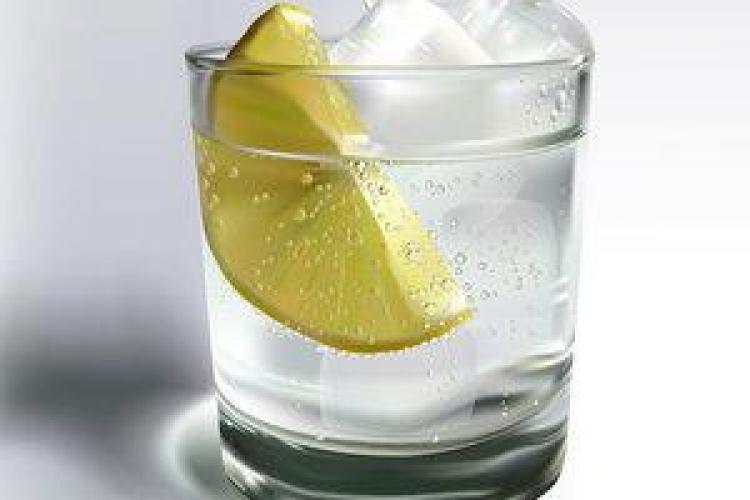 Apa plată cu lamâie: Benefică pentru organism sau doar băutură de fițe