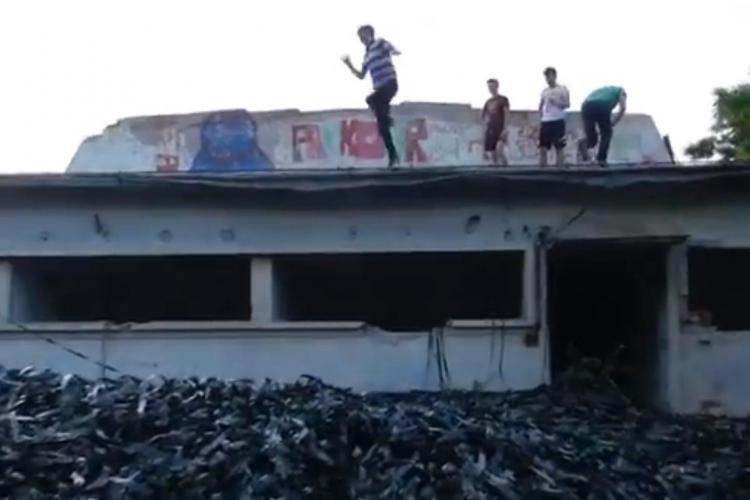 Depozitul de filme din Cluj-Napoca, VANDALIZAT. Filmele au fost derulate, iar copiii sar pe ele - VIDEO