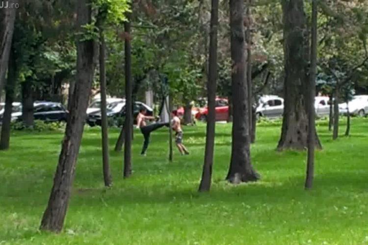 """Local Kombat în Parcul Central din Cluj! Doi karatiști s-au """"cotonogit"""", iar unul a fost făcut knockout - VIDEO"""