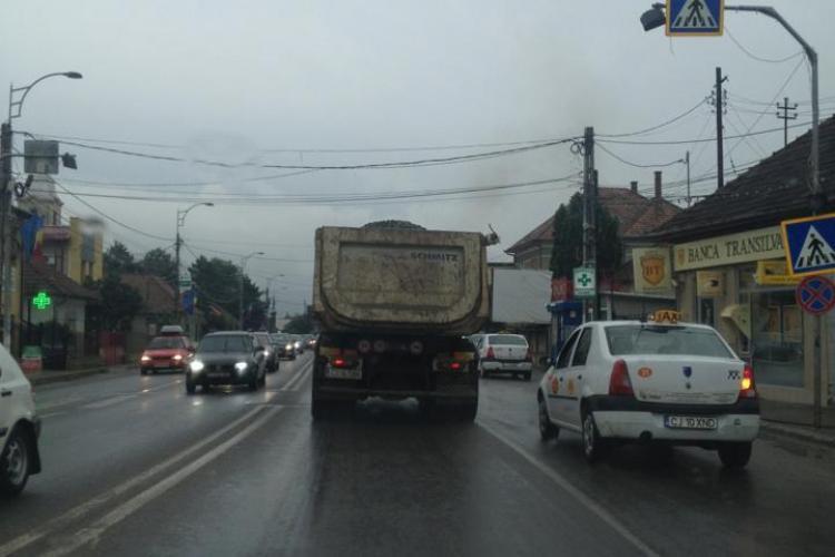 """Camioanele cu piatră circulă fără prelată în Florești: """"Poliția stă la radar"""" - FOTO"""