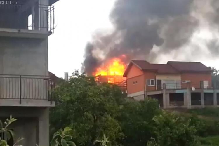 Casa trăsnită pe strada Vrancea din Cluj-Napoca a ARS ca o torță - VIDEO LIVE
