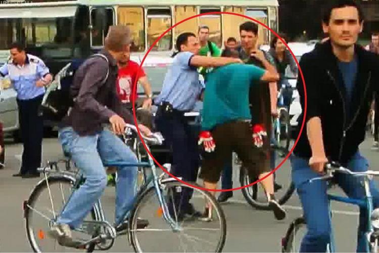 IPJ Cluj îl cercetează pe polițistul care l-a luat de gât pe un tânăr la Marșul Bicicliștilor