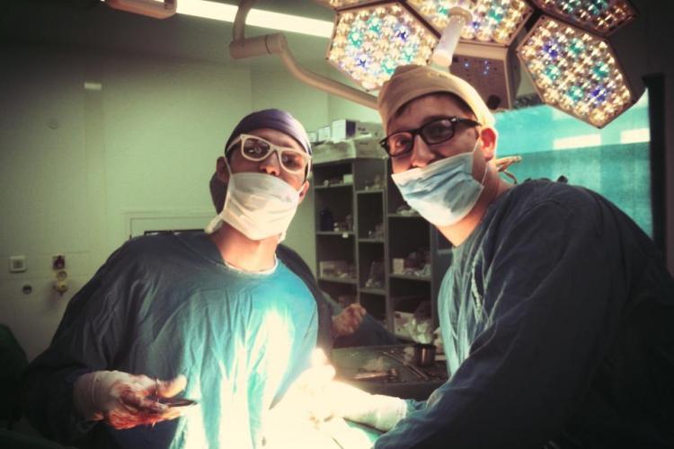 """La Spitalul Municipal din Cluj medicii operează cu ochelari de hipster la ochi: """"Se vede pacientul?"""" - FOTO"""