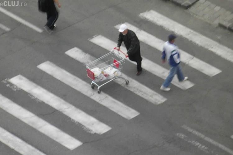 A plecat de la Penny Mănăștur cu tot cu căruciorul de cumpărături. Trecătorii râdeau de el - VIDEO