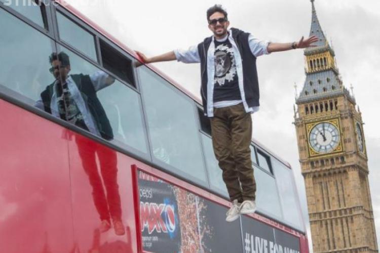 CLIPUL ZILEI: Un magician britanic levitează în centrul Londrei VIDEO