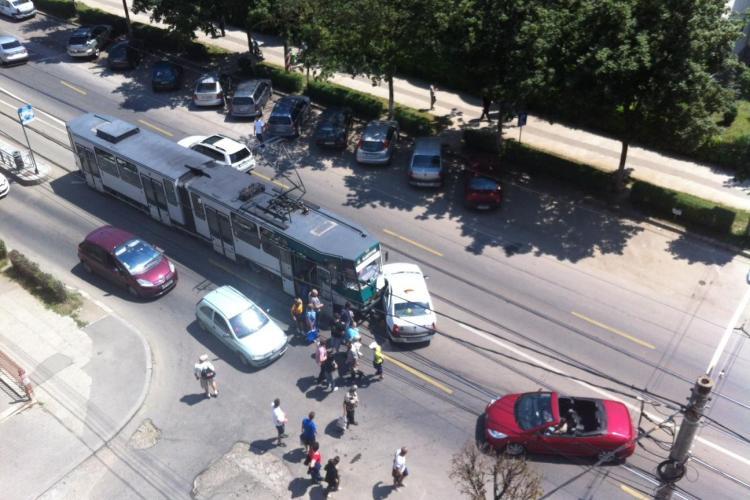 Accident pe strada Plopilor. Un Tramvai a lovit o mașină UPDATE