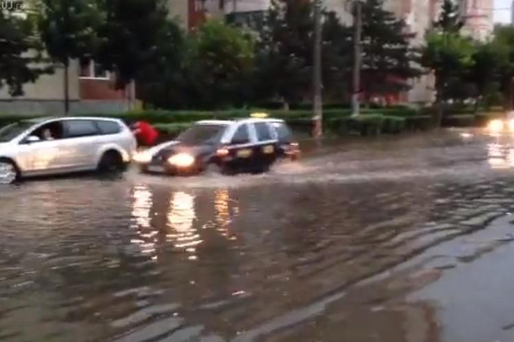 """Strada Plopilor, inundată sâmbătă! A arătat ca """"Mica Veneție"""" - VIDEO"""