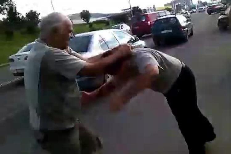 Bătrânii care s-au bătut pe Calea Florești, amendați de Poliție. AFLĂ de ce s-au BĂTUT