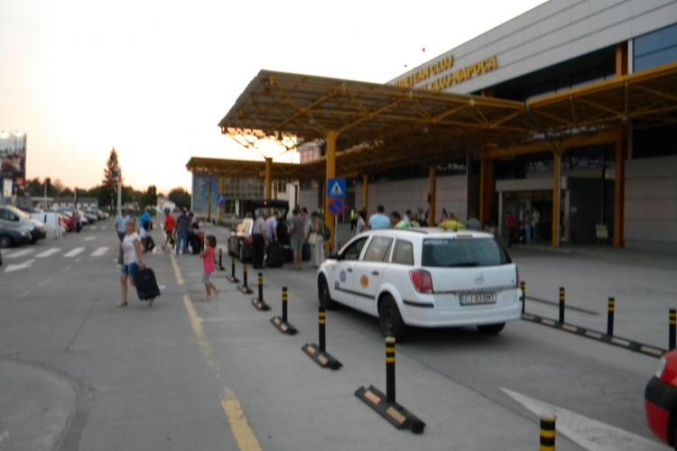 Student TAXI face LEGEA la Aeroportul Cluj. Prețul e mai mare și BLOCHEAZĂ standul de taximetre - FOTO