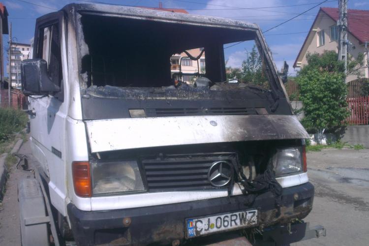 O dubă a luat foc pe strada Ciocârliei, în fața unui magazin - FOTO