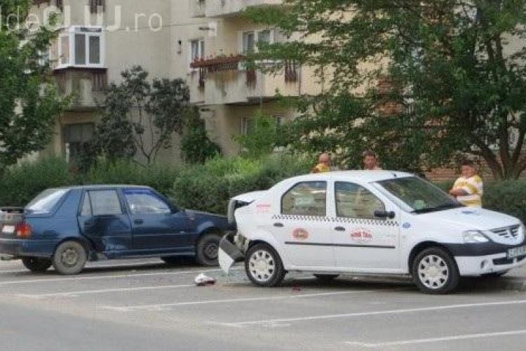 Un șofer din Gherla a vrut să parcheze cu spatele, dar a DISTRUS 3 mașini - FOTO
