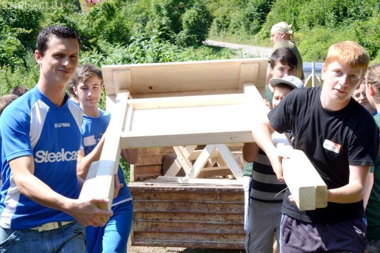 Elevii clujeni au construit un popas în rezervația din comuna Iara