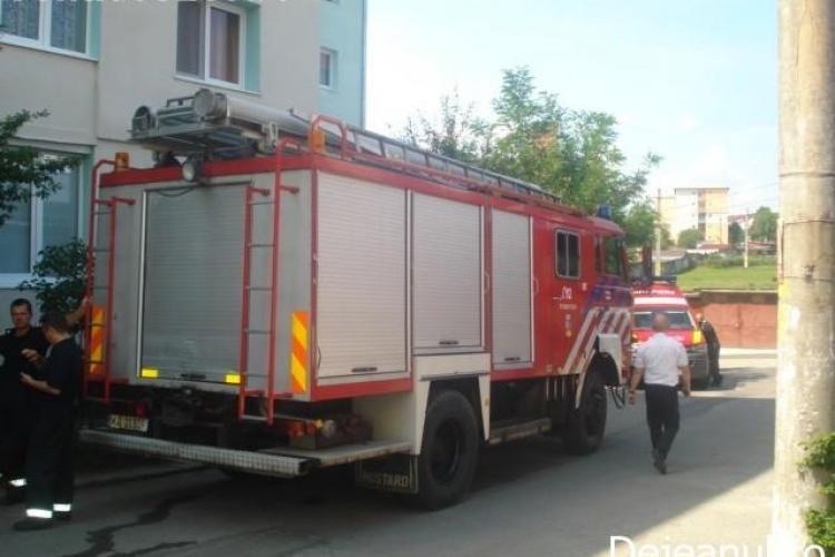Incendiu la Dej: I-a aprins o lumânare mamei și i-a luat foc casa