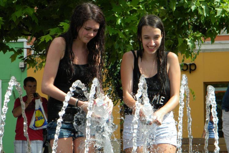 Bătaie cu apă în Piața Unirii! Zeci de voluntari s-au răcorit și distrat - FOTO