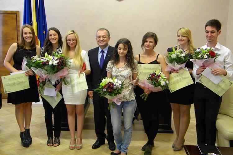 Emil Boc a premiat elevii cu media 10 la BAC: 1.000 de oei, flori și o diplomă