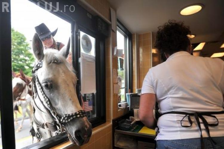 Nu a fost servită la McDonalds pentru că era călare! Ce reacție a avut femeia în cauză