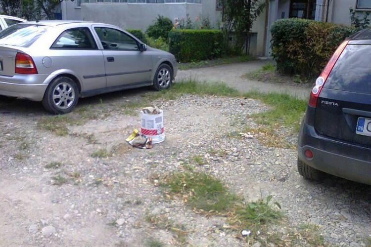 IMAGINEA ZILEI: Cum se blochează locurile de parcare la Cluj FOTO