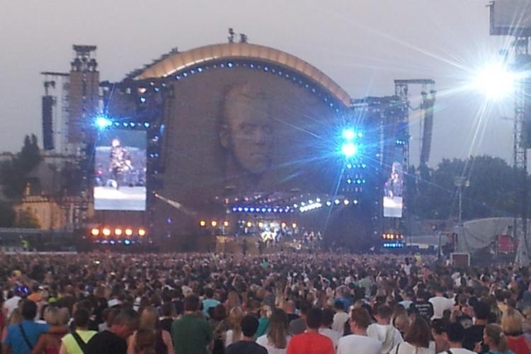 """Clujenii s-au dus la Viena la concertul Robbie Williams, ținut pe un hipodrom: """"Noi avem super stadion, dar ce folos..."""" - FOTO"""