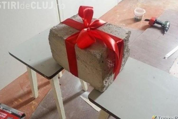Un cuplu a primit cadou de nuntă o cărămidă. Surpriza găsită înauntru i-a copleșit FOTO